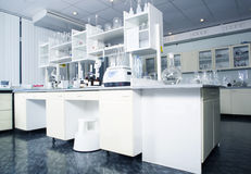Интерьер чистой современной белой предпосылки лаборатории Концепция лаборатории Стоковые Изображения