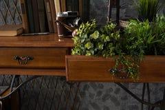 Интерьер шкафа с таблицей на металле основывает Стоковое фото RF