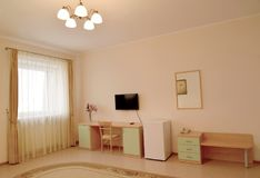 Интерьер эконома гостиничного номера классики стоковое фото