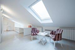 Интерьер яркой белой уютной просторной квартиры в роскошной квартире - месте Стоковое Фото