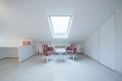 Интерьер яркой белой уютной просторной квартиры в роскошной квартире - месте Стоковое Изображение