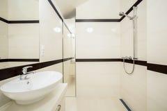 Интерьер яркой современной ванной комнаты Стоковые Изображения RF