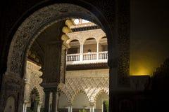 Интерьер Alcazar Севильи обрамил входом Стоковая Фотография