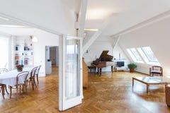 Интерьер Batutiful домашний - живущая комната, столовая в чердаке apar Стоковое Изображение