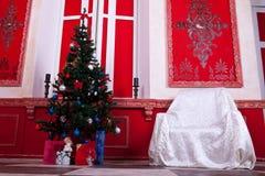 Интерьер Christimas в красной винтажной комнате Стоковые Изображения RF