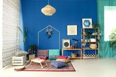 Интерьер Postcolonial с красочными подушками стоковое фото rf