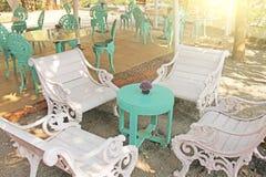 Интерьер tiffany Красивое кафе лета в tiffany цветах Fo стоковое фото