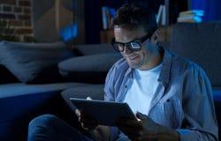 Интеллектуальный прогрессивный джентльмен читая интересную статью Стоковые Изображения RF
