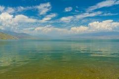 Инфинитно красивое озеро с голубым небом Стоковое фото RF