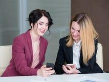 Информационный бизнес связи обсуждает телефон Стоковое Фото