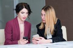 Информационный бизнес связи обсуждает телефон Стоковая Фотография