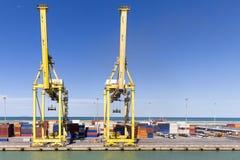 Инфраструктура гавани с кранами и контейнерами Стоковая Фотография