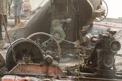 Индеец трудится работа на месте проекта с тепловозным генератором Стоковое фото RF