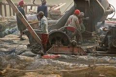 Индеец трудится работа на месте проекта с тепловозным генератором Стоковое Фото
