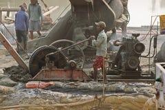 Индеец трудится работа на месте проекта с тепловозным генератором Стоковая Фотография RF