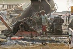 Индеец трудится работа на месте проекта с тепловозным генератором Стоковое Изображение RF
