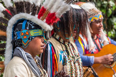 Индейцы поя песни в улице Стоковая Фотография