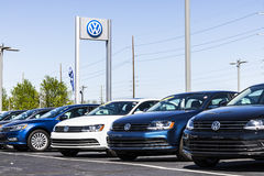 Индианаполис - около апрель 2017: Автомобили Фольксвагена и дилерские полномочия SUV VW среди производителей автомобилей ` s мира Стоковые Фото