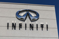 Индианаполис - около апрель 2017: Автомобиль Infiniti и дилерские полномочия SUV Infiniti роскошное разделение корабля Nissan i Стоковые Изображения