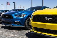 Индианаполис - около апрель 2017: Местные дилерские полномочия автомобиля и тележки Форда Форд продает продукты под брендом v Лин Стоковые Изображения