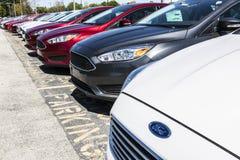 Индианаполис - около апрель 2017: Местные дилерские полномочия автомобиля и тележки Форда Форд продает продукты под брендом VIII  Стоковые Фотографии RF