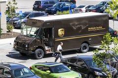 Индианаполис - около июнь 2017: Тележка поставки United Parcel Service UPS компания по доставке пакета ` s мира самая большая v Стоковая Фотография