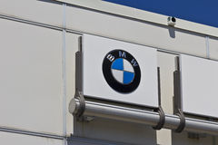 Индианаполис - около июль 2016: Местные дилерские полномочия BMW BMW роскошный производитель автомобилей основанный в Германии IV Стоковое Фото