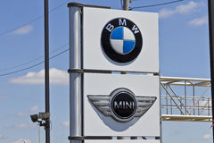 Индианаполис - около июль 2016: Местный BMW и мини дилерские полномочия BMW роскошный производитель автомобилей основанный в Герм Стоковое Изображение RF