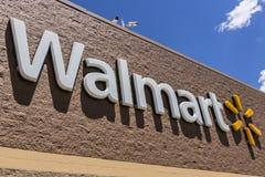 Индианаполис - около май 2017: Положение розницы Walmart Walmart американская Транснациональная компания Розница Корпорация XIII Стоковое фото RF
