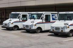 Индианаполис - около май 2017: Тележки почты почтового отделения USPS USPS ответственно для обеспечивать доставку почты v стоковые фотографии rf