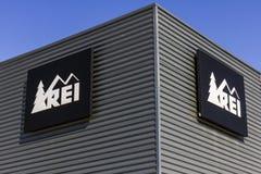 Индианаполис - около октябрь 2016: Рекреационное оборудование, Inc Логотип и Signage REI продает спортивные товары и внешнюю шест стоковое изображение