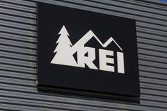 Индианаполис - около октябрь 2016: Рекреационное оборудование, Inc Логотип и Signage REI продает спортивные товары и внешнюю шест стоковая фотография rf
