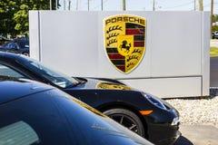 Индианаполис - около сентябрь 2016: Местные дилерские полномочия Порше показывая новые 911 Даты гонок Порше к 1950s II Стоковая Фотография