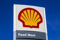 Индианаполис - около февраль 2017: Signage и логотип бензина раковины Plc Royal Dutch Shell основан в Гааге, Нидерландах i Стоковые Фото