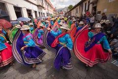 Индигенные женщины в ярких платьях танцуя outdoors Стоковое фото RF