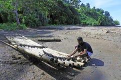 Индигенный человек Fijan строя традиционную фиджийскую бамбуковую шлюпку Стоковая Фотография