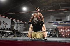 2 индигенных женщины воюя в кольце Стоковое фото RF