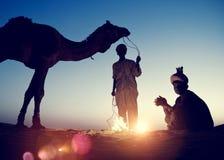 2 индигенных индийских люд отдыхая концепция верблюда Стоковые Изображения RF