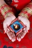 Индийская лампа Diwali Diya фестиваля в женской руке Стоковые Фото