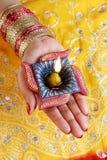 Индийская лампа Diwali Diya фестиваля в женской руке Стоковая Фотография RF