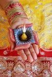 Индийская лампа Diwali Diya фестиваля в женской руке Стоковое Фото
