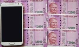 Индийская валюта, две тысячи индийских рупий в предпосылке Стоковые Изображения