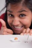 Индийская девушка на диете с микро- едой стоковые изображения
