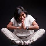 Индийская девушка салютуя с namaste стоковые изображения rf