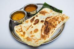 Индийская еда подноса с хлебом и соусом Стоковое фото RF