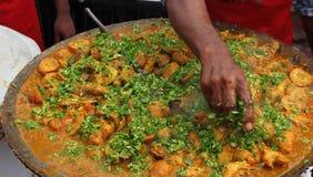 Индийская еда улицы: Блюдо цыпленка Стоковое фото RF