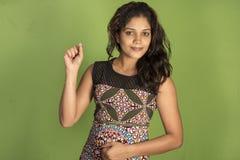 Индийская женская модельная предпосылка зеленого цвета студии отряда Стоковое Фото