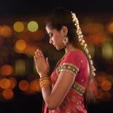 Индийская женская молитва стоковые фотографии rf