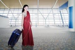 Индийская женщина идет в крупный аэропорт Стоковое Изображение