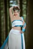 Индийская женщина моделируя в лесе стоковые изображения rf